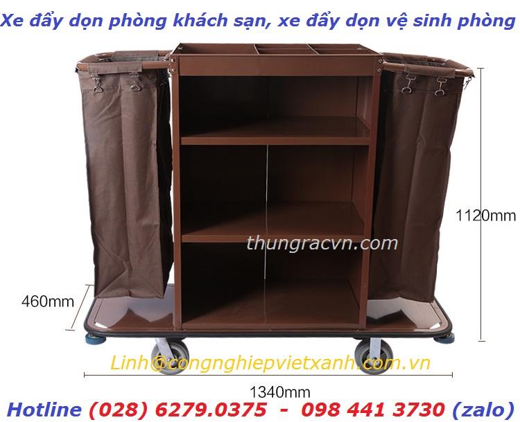 /></h4>  <h4>*Xe đẩy dọn phòng khách sạn : được làm bằng chất liệu thép phun sơn tĩnh điện vững chắc, có khả năng chịu được trọng lượng lớn.</h4> <h4>- Ngăn kéo để đồ có khóa thuận tiện cho việc cất đồ phục vụ phòng, cửa đóng mở có khóa giúp để đồ an toàn hơn, bảo vệ hành lý cất giữ bên trong</h4> <h4>- Có 2 túi đựng đồ bẩn như: vỏ chăn, vỏ gối, ga, khăn tắm …. là bằng chất liệu bạt không thấm nước</h4> <h4>- Có 3 ngăn tủ rộng để xếp đồ sạch như vỏ chăn, vỏ gối, ga, khăn tắm ….</h4> <h4>- Ngăn phía trên cùng có thể để đồ bàn chải, kem đánh răng, dầu gội, dầu tắm…. khi làm vệ sinh buồng phòng</h4> <h4>- Hệ thống 4 bánh xe vững chắc giúp việc di chuyển thuận tiện, nhẹ nhàng, bánh xe xoay 360 độ linh hoạt</h4> <h4>Vị trí sử dụng:Xe đẩy dọn buồng phòng thường sử dụng trong khách sạn, khu du lịch, resort, nhà nghỉ, nhà khách, bệnh viện …</h4> <h4><img src=